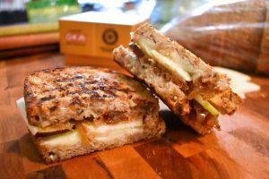 Grilled cheese aux pommes et confit d'oignons