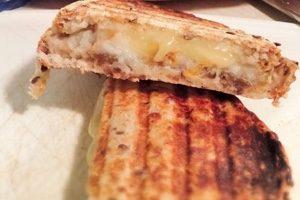 Grilled cheese au Comtomme, aux poires et au confit d'oignons